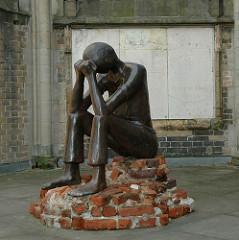 Skulptur 'Die Prüfung'; Edith Brockwoldt 2004 / Nikolaikirche Hamburg.
