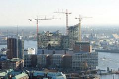 Blick auf die Baustelle der sogen. Elphilharmonie - Kaispeicher A / Kaiserspeicher - Baukräne an der Elbe - Neubau in der Hamburger Hafencity.