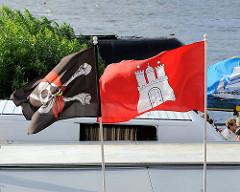 Hamburg Flagge und Totenkopffahne, Piratenflagge wehen auf dem Hamburger Fischmarkt.