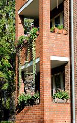 Ziegelfassade - begrünte Balkons mit gemauerten Säulen - Fotos aus dem Hamburger Stadtteil Dulsberg.