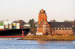 Das Containervessel HATTA hat eine Länge von 306m und eine Breite von 40m; der FRachter kann 6435 Standardcontainer TEU transportieren; das Frachtschiff läuft in den Hamburge Hafen ein.