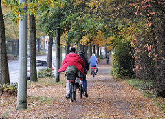 Radfahrer im Herbstlaub - Radweg Bramfeld.