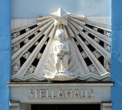 Stuckdekor / Fassadenschmuck über dem Eingang vom STELLAHAUS  in der Hamburger Neustadt.