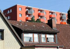 Achitekturbilder aus den Stadtteilen Hamburgs - Einelhaus und Wohnblock mit Balkons.