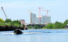 Motorboot auf dem Reiherstieg - Baustelle der Elbphilharmonie in der Hamburger Hafencity.