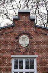 Giebel mit Johannes Gutenbergplakete - Druckereigebäude Rauhes Haus.