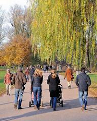 Herbstspaziergang mit Kinderwagen an der Alster.
