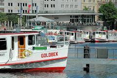 Bug des Alsterdampfers Goldbek am Schiffsanleger Jungfernstieg.