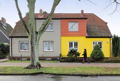 Doppelhaus in unterschiedlicher Fassadendekoration - Wohnhaus in Hamburg Hausbruch.