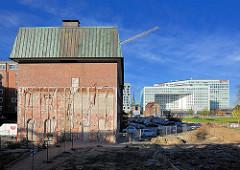 Teilweise abgerissenes Speichergebäude am Lohsepark im Hamburger Stadteil Hafencity - im Hintergrund das Spiegelgebäude auf der Ericusspitze.