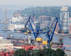 Blick über die Werftanlagen / Schwimmdock Blohm + Voss zum Hamburger Stadtteil Altona Altstadt - Bürohäuser an der Grossen Elbstrasse; Kreuzfahrtschiff und Schwimmkran am Kreuzfahrtterminal Altona.