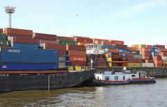 Hafenarbeit auf Hamburg Steinwerder. SChubschiff mit Schute und Containerladung - Containerlager im Kaiser Wilhelm Hafen.