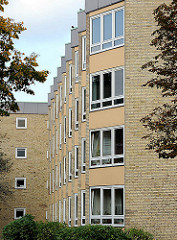 Wohnblock gelber Klinker, Fensterfront in Hamburg Hohenfelde.