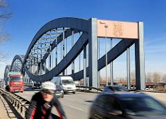Hamburger Elbbrücken - Hamburg Wappen auf der Brücke; Autoverkehr, schnell fahrende KFZ und Lastwagen / Radfahrer - Radrennfahrer.
