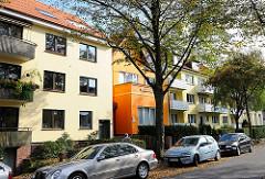 Eilbeker Wohnhäuser mit farbigen Fassaden - parkende Autos an der Strasse.