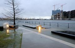 Bilder von einer Sturmflut in Hamburg - Hochwasser in der Hamburger Hafencity - im Hintergrund die Baustelle der Elbphilharmonie.