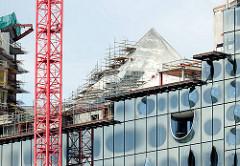 Arbeiten am Dach der Elbphilharmonie in dem Hamburger Stadtteil Hafencity.