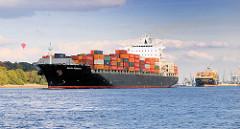Die Containerschiffe Santa Rebecca und MSC Rafaela laufen aus dem Hamburger Hafen aus.