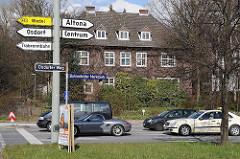 Bahrenfelder Marktplatz - Verkehrsschilder an der Ampel Wohnhaus an der verkehrsreichen Strasse.