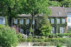 Mit Efeu bewachsene Hausfassade am Elbweg von Oevelgönne - Bilder aus Hamburg Othmarschen.