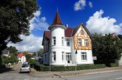 weisse Märchenvilla mit Turm und Fachwerkdekor an der Amtsstrasse in Hamburg Rahlstedt.