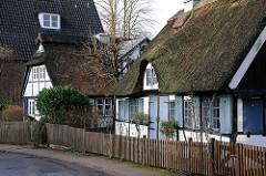 Historische Fachwerkhäuser mit Reetdach im Ohnsorgweg von Hamburg Othmarschen.