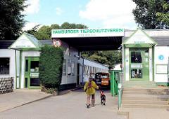 Eingang des Hamburger Tierschutzvereins in Hamburg Hamm/ Süderstrasse - ein Hund wird an der Leine in das Tierheim geführt.