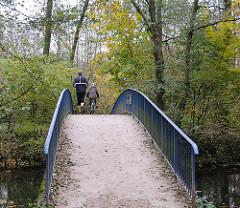 Kuehnbruecke über die Alster - Spaziergänger auf der Brücke.