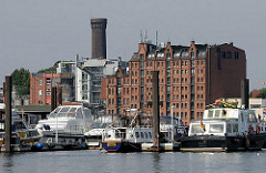 Yachthafen Hamburg, Billwerder Bucht - historisches Speichergebäude - alter Wasserturm von Hamburg Rothenburgsort