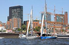 Segelboote vor Hamburg St. Pauli - Schiffe an den Landungsbrücken, Architektur.