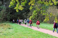 """Der Alsterwanderweg ist Teil vom Jakobsweg """"Via Baltica"""" / Pilgerweg; Pilger auf dem Weg in Hamburg Duvenstedt."""