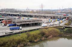 Zollabfertigung an der Zollstelle / Zollübergang Zollstation Hamburg Waltershof - LKW bei der Einfahrt in den Hamburger Freihafen. Im Vordergrund ein Ausschnitt vom Rugenberger Hafen.