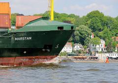 Schiffsbug / Wulstbug vom Frachtschiff, Containerfeeder MARSTAN - am Elbufer das Cafe Strandperle - Sandstrand.