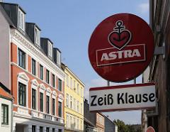 Schild für Bierwerbung - Gründerzeitwohnhäuser in der Ottensener Zeissstrasse.