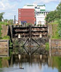Historische Schleuse des Schmidtkanal in Hamburg Wilhelmsburg - Containerlager.