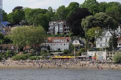 Hamburg Othmarschen, Oevelgoenne - Gäste der Strandperle am Elbufer.