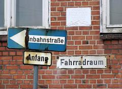 Schilder an der Versmannstrasse / Versmannkai; Verwaltungsgebäude. (2006)