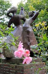 Skulptur Tanzende Mädchen - Rosenblüten; Bilder aus Hamburg Dulsberg / Naumannplatz.