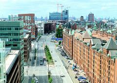 Architektur in der Hansestadt Hamburg, Stadtteil Hafencity - alte Speichergebäude, moderne Bürohäuser - Luftaufnahme am Sandtorkai.