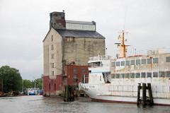 Getreidesilo Andreas Hansen / Hansenspeicher am Harburger Binnenhafen / Überwinterungshafen. Ein Schrott-Fahrgastschiff liegt am Kai. (2007)