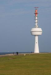 Radarturm auf Neuwerk - Spaziergänger auf der Hamburger Insel.
