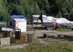 Bauwagenplatz Wendebecken Hamburg Barmbek Nord. Bauwagen und Zelte auf der Wiese. (2004)