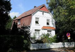 Einzelhaus mit weissem Gartenzaun, Bindfeldweg / Architektur in Hamburg Niendorf.