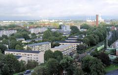 Wohnhäuser in Hamburg Rothenburgsort - rechts der Wasserturm, dahinter das Kraftwerk Tiefstack und lks. im Hintergrund die Müllverbrennungsanlage an der Borsigstrasse in Hamburg Billbrook.