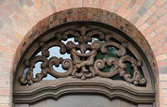 Schnitzereien über dem Eingang der ehemaligen Frauenklink - Hamburg Altona.