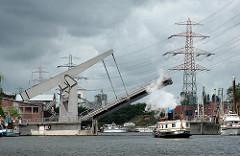 Klappbrücke hochgefahren Harburger Hafen - Lotsekanal - Dampfschiff in Fahrt.