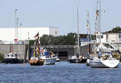 Segelboote und Sportboote - Schleuse am Binnenhafen, Hamburg Harburg.