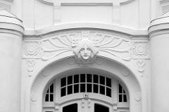 Eingang Wohnhaus Sierichstrasse - Jugendstildekor  über der Eingangstür.