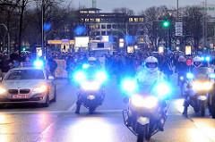Demonstration Januar 2014 in Solidarität mit der Gruppe Lampedusa in Hamburg, der Essohäuser Initiative und den Betroffenen des Gefahrengebietes in der Edmund Siemers Allee / Dammtorbahnhof - Polizeimotorräder mit Blaulicht.