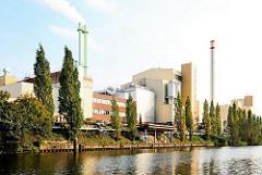 Blick über den Tiefstackkanal zur Müllverbrennungsanlage Brosigstrasse in Hamburg Billbrook - Foto der Industrieanlage - Industriefotografie.